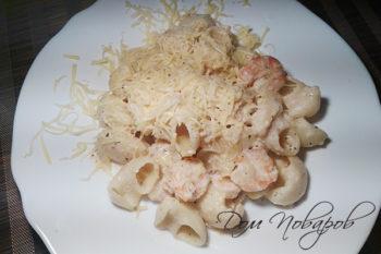 Тарелка с пастой с креветками в сливочном соусе под сыром