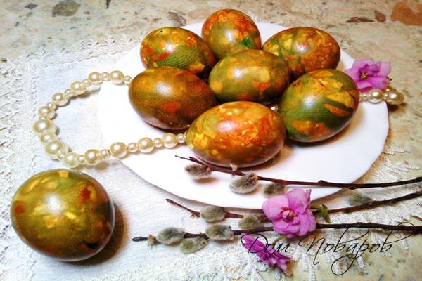 Яйца, окрашенные луковой шелухой и зеленкой