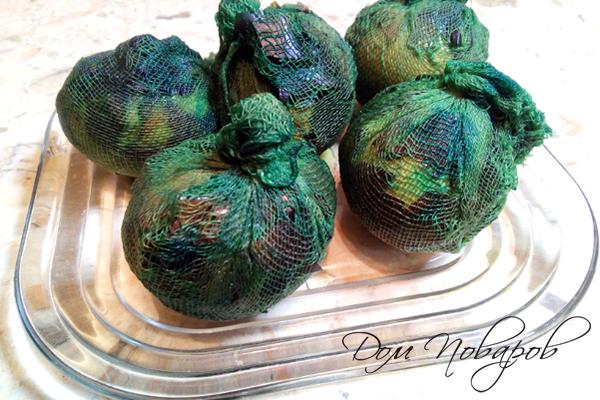 Яйца в марлевых мешочках после окраски зеленкой