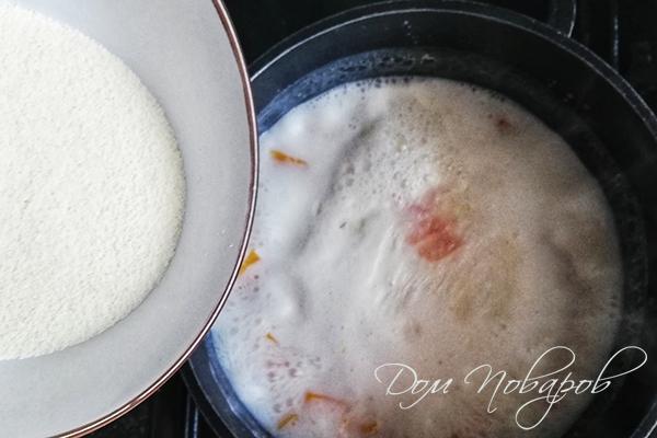 Добавление манной крупы в молочную основу