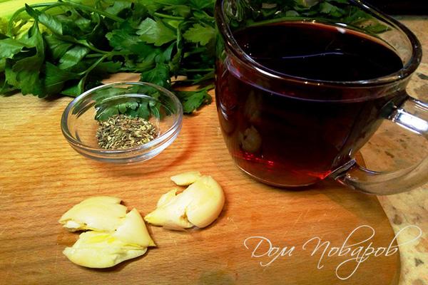 Красное вино, специи и раздавленный чеснок
