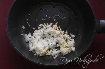 Мелко порезанные лук и чеснок на сковороде