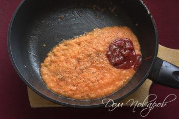 Овощное пюре с томатной пастой и травами на сковороде
