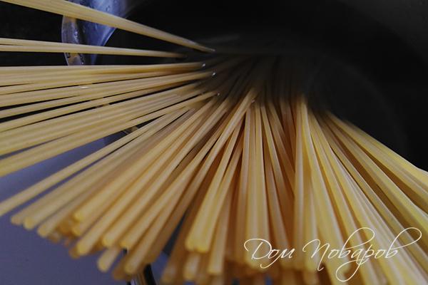 Спагетти в кастрюле перед варкой