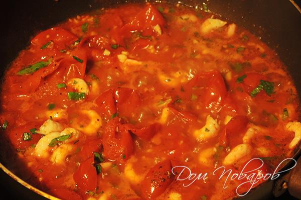 Креветки в томатном соусе с зеленью