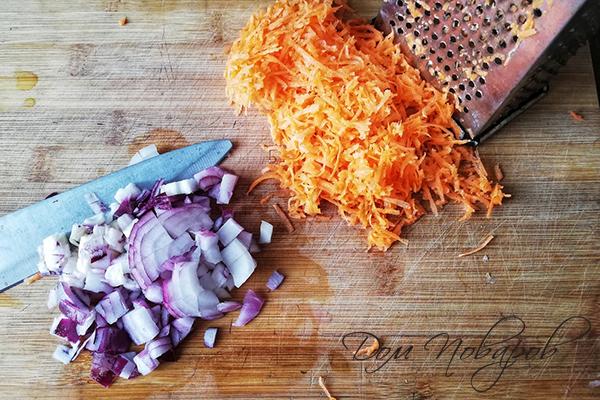 Мелко нарезанный лук и тертая морковь