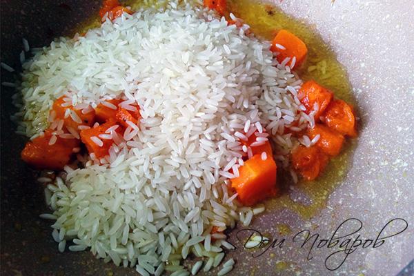 Тыква и рис в чесночном масле на сковороде