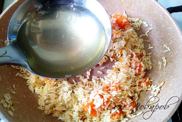 Добавление бульона к рису с тыквой