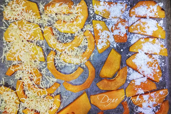 Кусочки тыквы, посыпанные сыром и сахарной пудрой