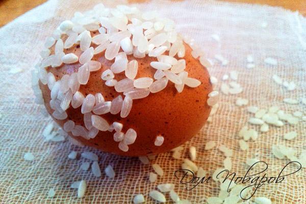 Яйцо, обваленное в рисе