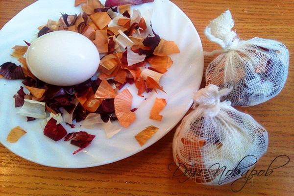 Яйца в шелухе и марлевых мешочках