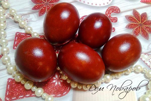 Яйца, окрашенные настоем луковой шелухой