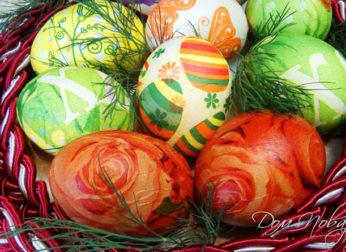 Как покрасить яйца с помощью салфеток