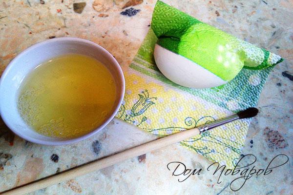 Приклеивание салфетки к яйцу