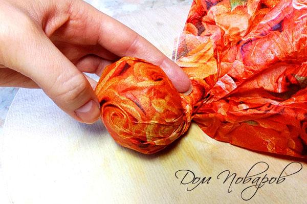 Яйцо, закрученное в цветную салфетку