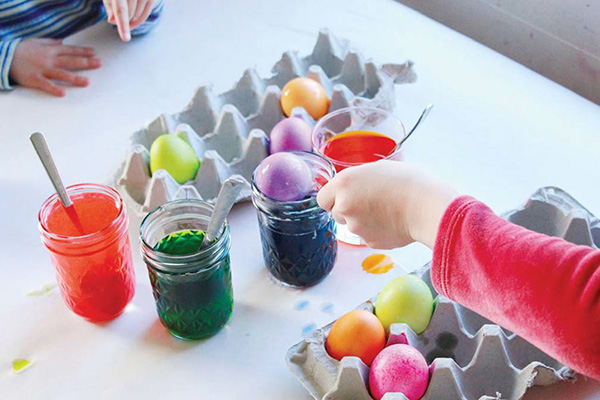 Дети красят яйца на Пасху