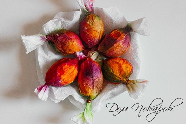 Яйца в окрашенных салфетках