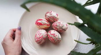 Красим яйца с помощью ткани на Пасху