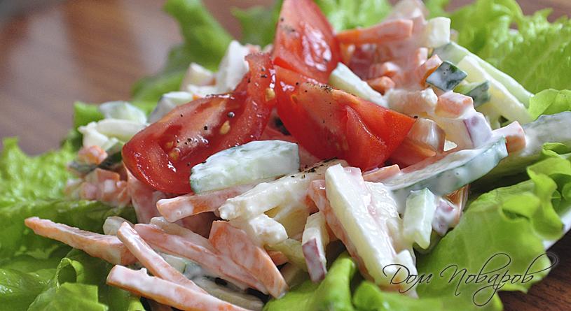 Витаминный салат с морковью, огурцом и яблоком