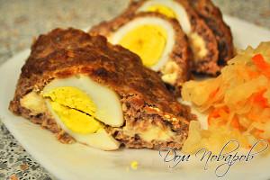 Мясной рулет с сыром и яйцом