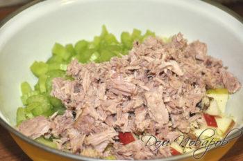 Тунец измельченный в салатнике