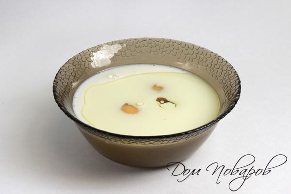 соедините в одной миске яйца, молоко