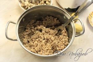 Гречневую крупу сварить до готовности и охладить