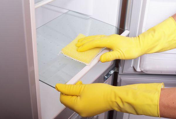чистка внутренних камер холодильника