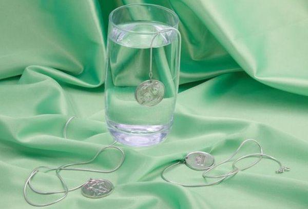 серебро в стакане с водой