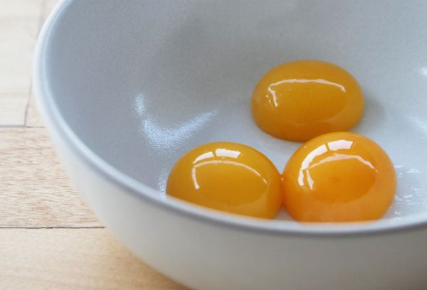 желтки в тарелке