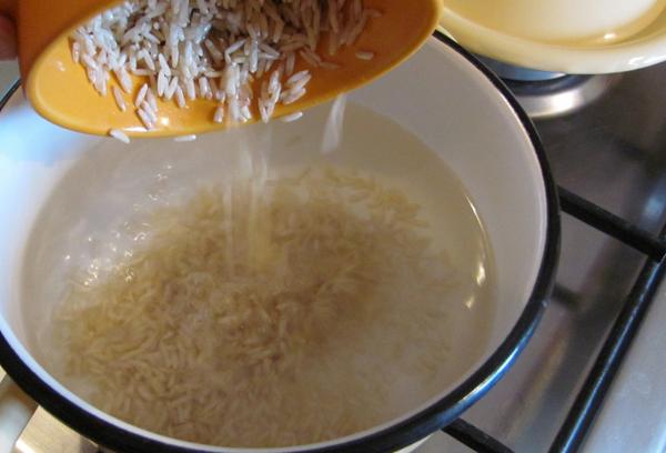 нешлифованный рис в кастрюле