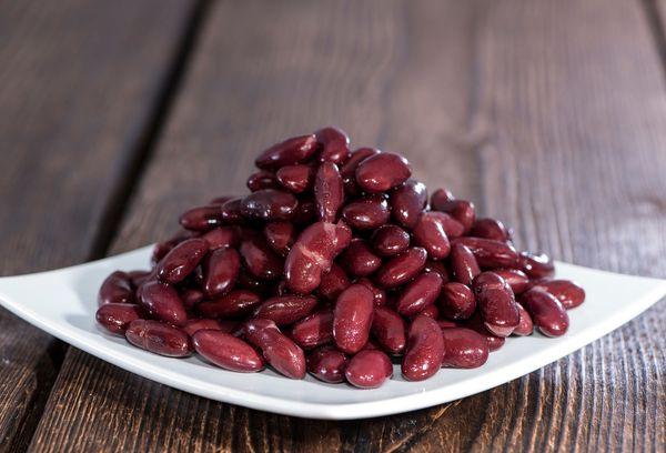красные бобы на тарелке