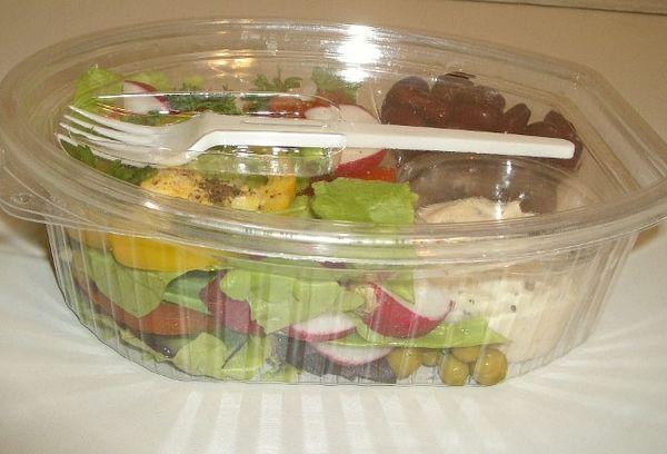 салат в контейнере