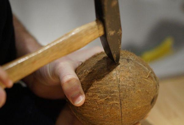 открытие кокоса молотком