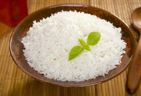 рис на тарелке