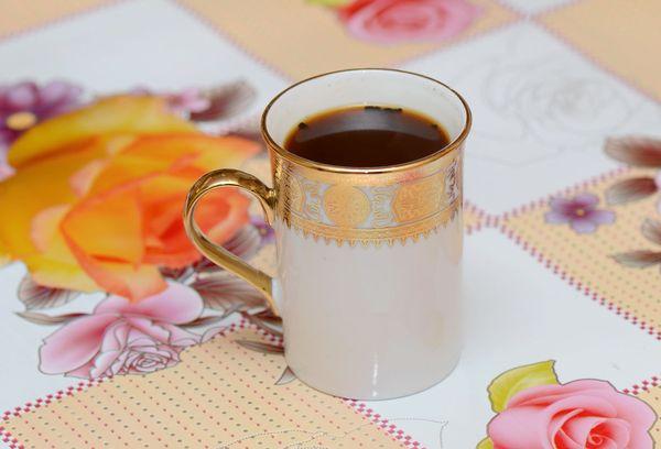Молотый кофе в керамической чашке