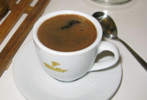 Молотый кофе в белой керамической чашке