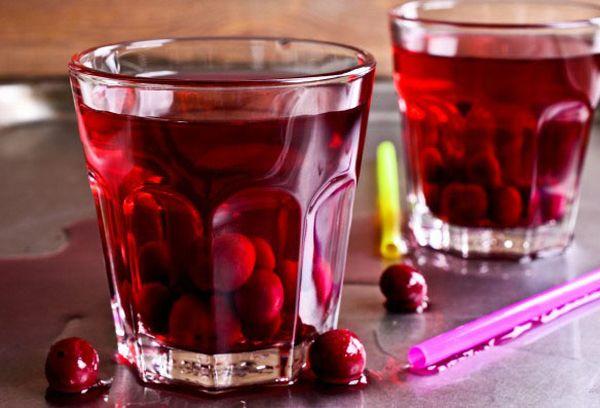 вишневый сок в стаканах