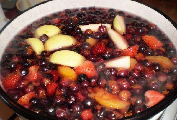 яблоки и вишня в кастрюле