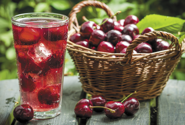 сок в стакане и ягоды на столе