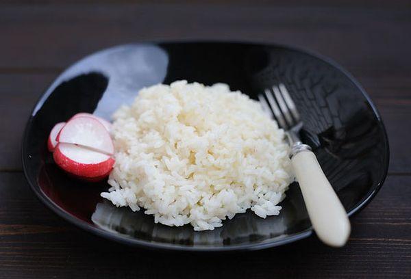 рассыпчатый рис на черной тарелке