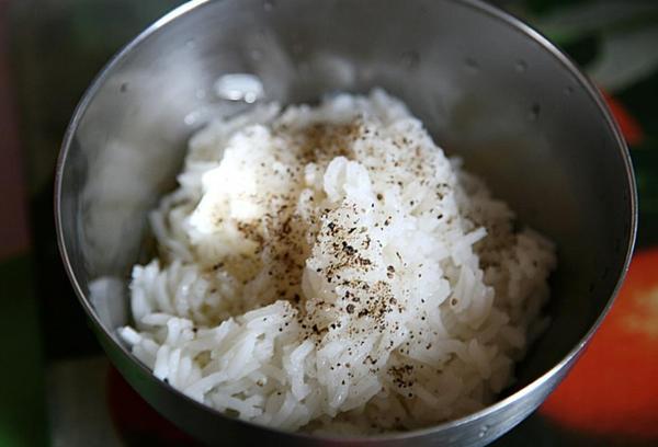 вареный рис басмати в кастрюле