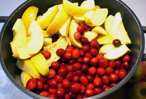плоды клюквы с яблоками