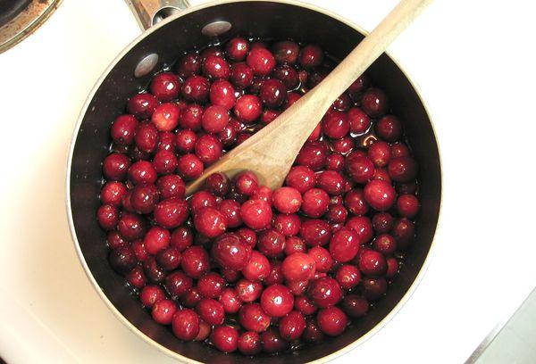 плоды клюквы в кастрюле