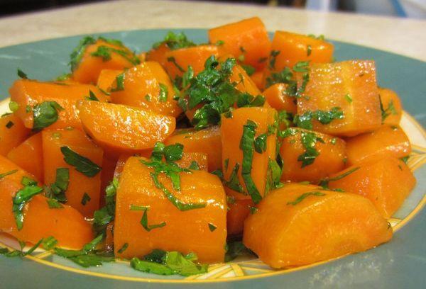 вареная морковь на тарелке с зеленью