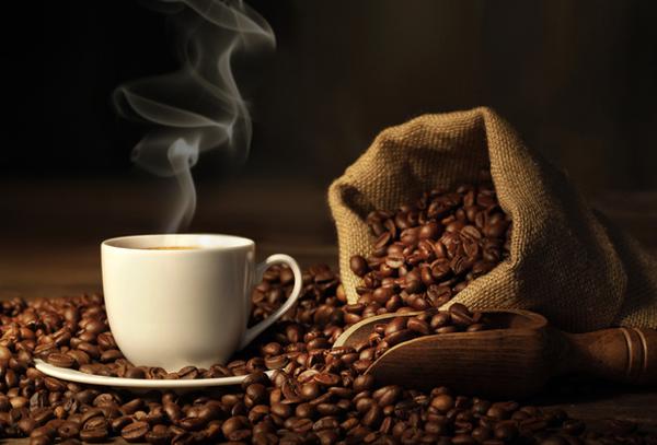 кофейные зерна и стакан кофе