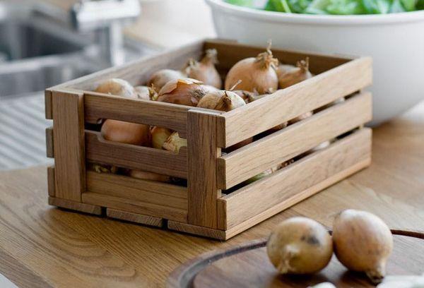 репчатый лук в деревянном ящике