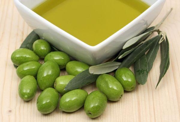 масло и зеленые оливки