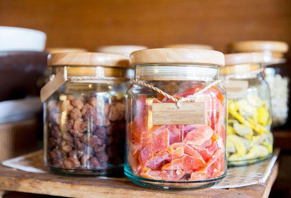 сушеные фрукты в стеклянных банках
