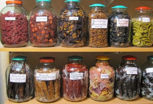 сушеные фрукты в трехлитровых стеклянных банках